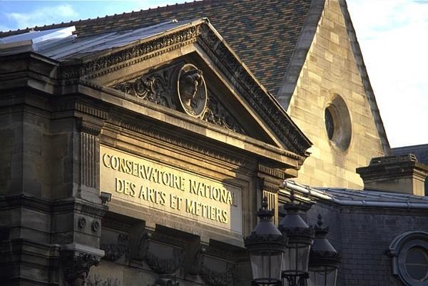 Fronton du Cnam rue Saint-Martin. En  arriere plan la bibliothequ